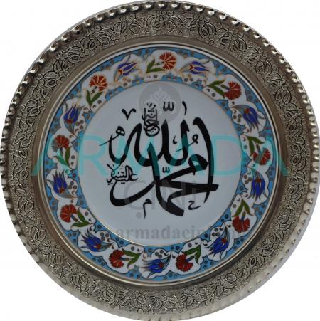 Allah-Muhammed Yazılı Lale-Karanfil Desenli Altın Yaldızlı Porselen Tabak Gümüş Çerçeveli Promosyon ve Hediyelik Desenli El Yapımı El Boyaması El İşi Samur Kabartma Çini Tabak Modelleri Tasarımları Örnekleri